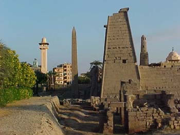 Entrance to the Temple of Luxor (20kb)